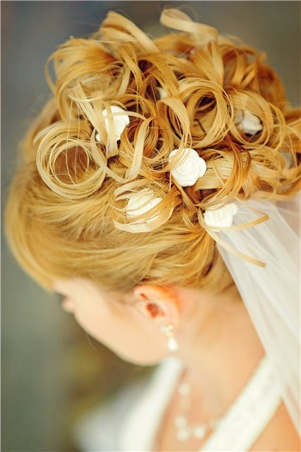 Фото свадебных причесок на средние волосы с челкой и фатой