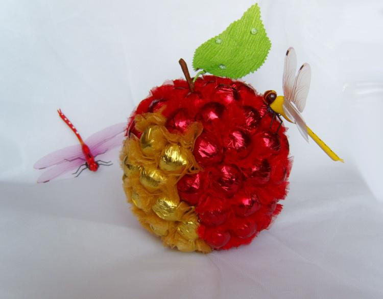 Как сделать яблоко из конфет